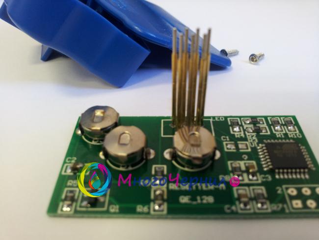 Место установка батареек в разобранном ресеттере для Epson