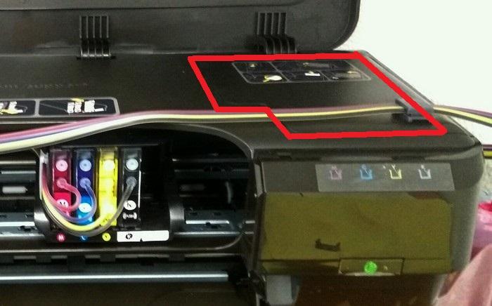 Положение крышки на 7110, которую надо снять для дальнейших манипуляций с кареткой, отмечено красным