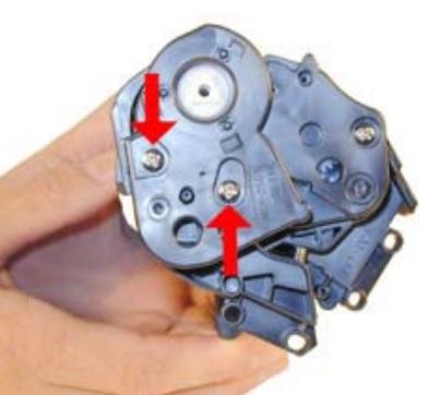 Снимите правую боковую крышку с картриджа Q2612A и два винта