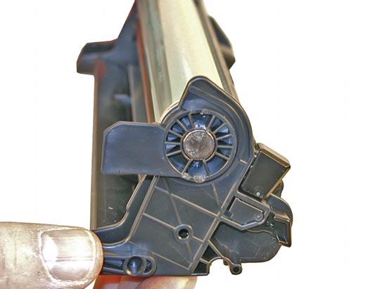 Установите фотобарабан и металлический сердечник